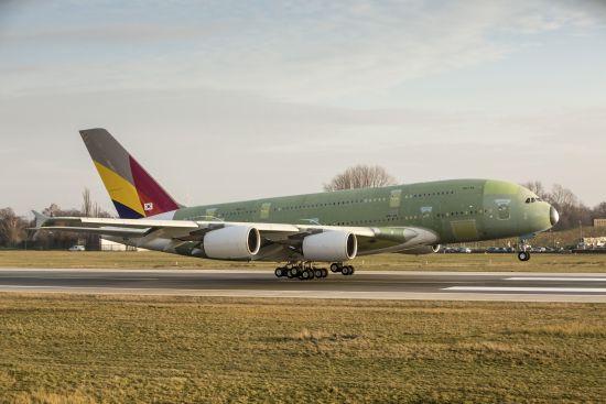 韩亚航空A380成功首飞降落汉堡。