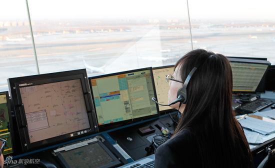 资料图:空管员通过无线电指挥飞行员飞行。