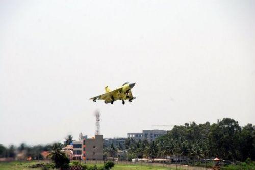 资料图:印度国产第四架小批量生产型LCA战机首飞成功。