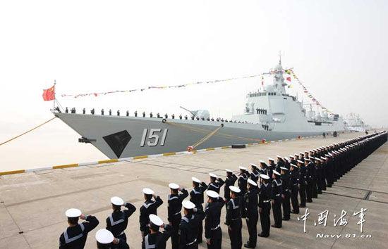 中国海军新型神盾舰郑州号服役