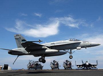 美国海军F/A-18C/D舰载机降落尼米兹号航母