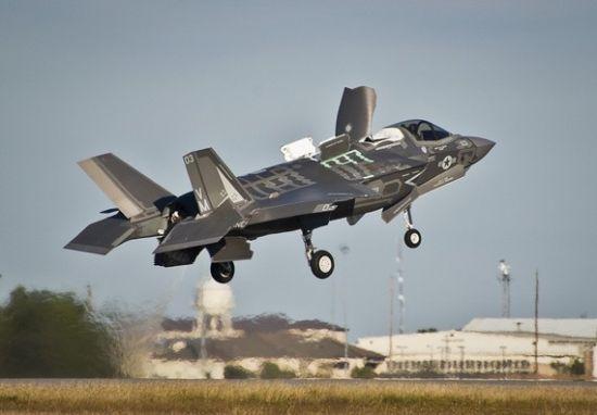 美军F-35战机垂直起降