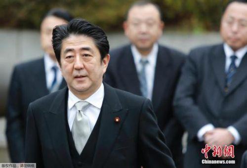资料图:当地时间12月26日,日本东京,日本首相安倍晋三在迎来12月26日执政一周年之际,参拜靖国神社。图为安倍晋三抵达靖国神社。