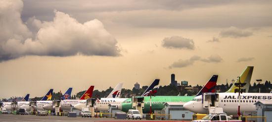 波音2013年共向中国市场交付了143架民用飞机,创下了公司年度在华交付量的新纪录,较上年增长60%。