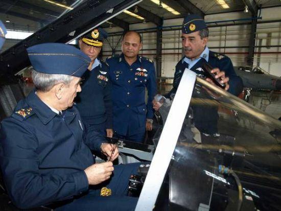 土耳其空军代表登上枭龙战斗机进行参观
