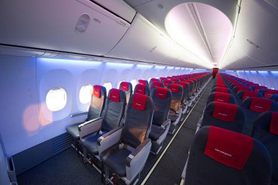 天空内饰采用现代造型的侧壁和窗框、可以增强开阔感LED照明,以及更大的转轴式头顶行李舱