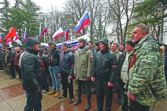 亲俄武装人员27日占领克里米亚自治共和国议会大楼。图为亲俄示威者在议会大楼外集会。
