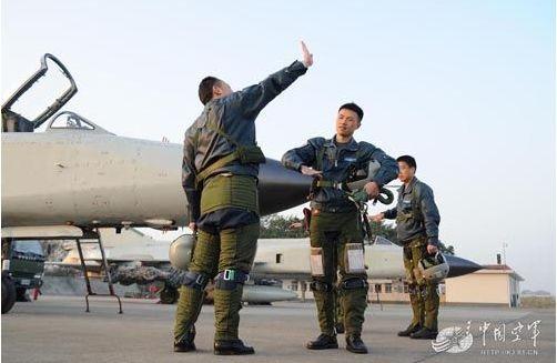 登机前短暂空闲,袁星与僚机飞行员进行战术协同。(图中战机为中国空军歼8II)