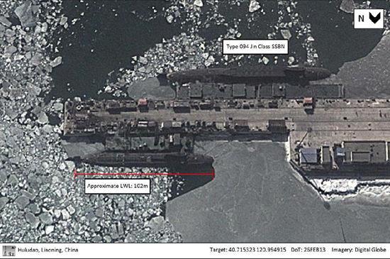 谷歌卫星2013年2月拍摄到的葫芦岛造船厂内的一艘094(上)和一艘093型核潜艇