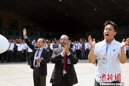 图为尼泊尔航空公司总经理马丹•卡尔(中)等尼航高管迎接新飞机到来。 符永康 摄