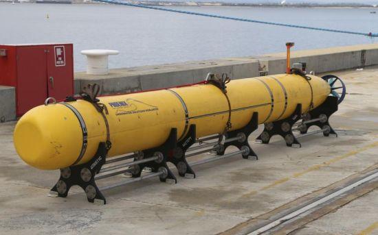 """资料图:2014年3月30日,美国海军自主水下机器人AUV运抵澳大利亚海军斯特林基地。该机器人将被安放在澳方""""海洋之盾""""号搜寻船只上,用来搜寻马航失联客机。该船只上还配备有专门的黑匣子信号探测器。"""