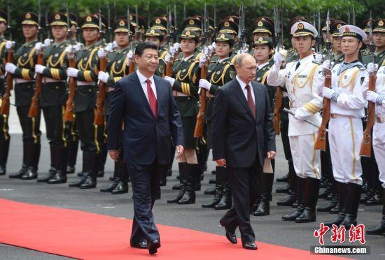 习近平与普京共同检阅解放军仪仗队