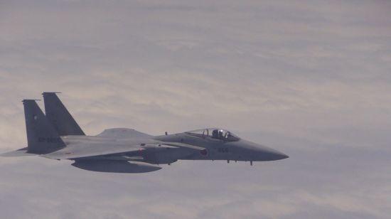 近距离跟踪我图-154飞机的日自卫队F-15战斗机