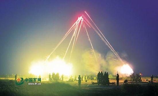 图为某型高炮夜间实弹射击。李书进摄