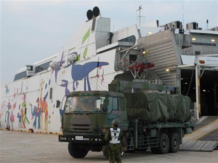 资料图:6月6日,日本导弹发射车运抵宫古岛。