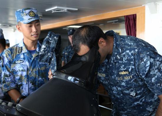 资料图:6月16日上午,美舰3名海军军官登上海口舰参。