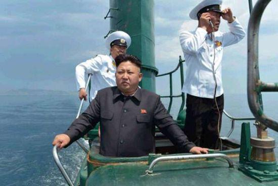 资料图:16日朝鲜最高领导人金正恩视察了朝鲜人民军海军第167部队,乘坐潜艇指导实际演练。