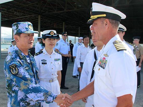 """当地时间6月24日上午8时,赴美参加""""环太平洋-2014""""演习的中国海军舰艇编队顺利停靠夏威夷珍珠港码头。图为珍珠港基地司令詹姆斯上校到码头迎接中国海军编队。 吴敏摄"""
