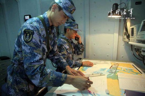 资料图:我海军军官在海图上作业。