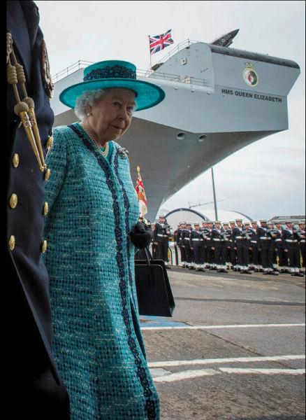 英国女王赶到命名下水仪式现场,宣读了为新航母命名的命令。