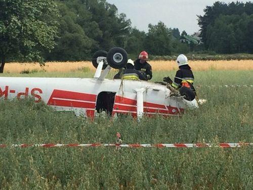 图为坠毁在地面草地上的一架飞机