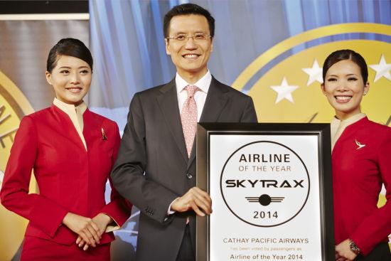国泰航空行政总裁朱国梁于法恩堡航空展举行的Skytrax颁奖礼上接受奖项。