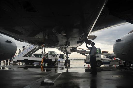 新浪航空讯 7月19日早8时许,一架南方航空客机满载150名旅客平稳降落在海口美兰机场,成为台风威马逊过境海南之后首架抵达海南的民航客机。当日,南方航空计划全天执行138个进出海南航班,预计承运旅客2.6万人次,力争在19日当天将全部滞留旅客运送出岛。对于广州、北京、上海等热门航线,南航将派出波音737-800、空客A330以及波音777等大型客机,提高滞留旅客运输能力。   另外,由于道路积水等原因,部分旅客无法按时抵达机场,南航提醒旅客提前出门,避免延误航班。