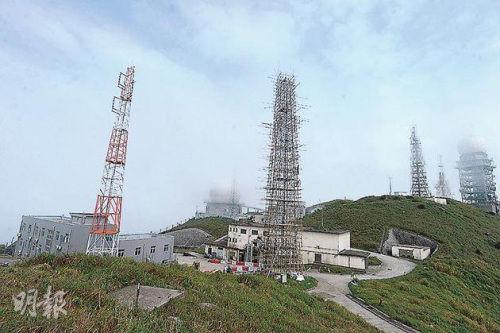 香港媒体称,大帽山顶除建有民航处雷达站外,附近亦有一个属于解放军的雷达站(中间圆球)及军用设施(左方灰色建筑),但港府未公布有关设施的成立时间及用途。(图片来源:香港《明报》)