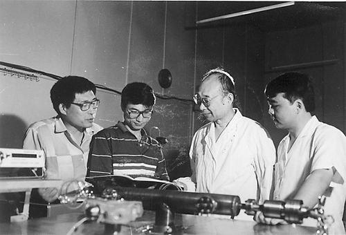 资料图:1990年,高伯龙(右二)在指导博士生工作。