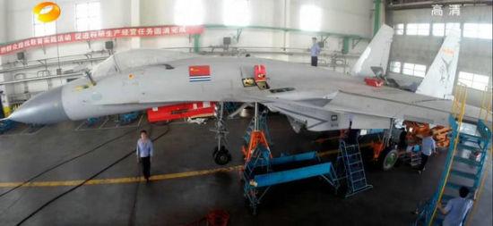 量产歼15属于正式装备中国海军的战机,机身带有海军军旗、八一机徽和100系列编号