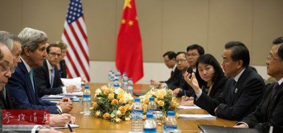 9日,美国国务卿克里(左三)与中国外长王毅(右二)在东盟外长会议期间举行双边会谈。