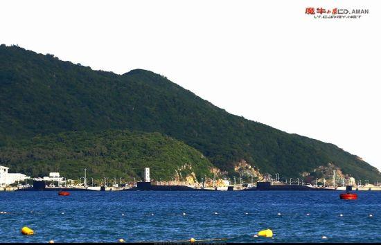 资料图:近日,网友在我国海南某军港附近拍摄到,该港内停放了多艘中国海军舰艇,其中包括数艘罕见的核潜艇,从外形上看应为1艘093型和2艘094型。(来源:超大军事 魔牛小队)
