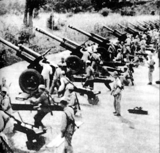 资料图:人民解放军炮兵积极练兵,随时准备炮击金门岛上的国民党军队