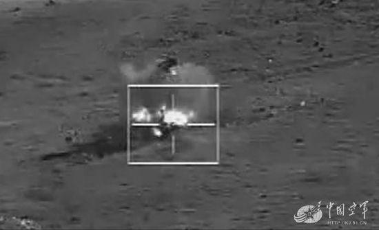 中国空军某型察打一体无人机准确命中目标的瞬间。