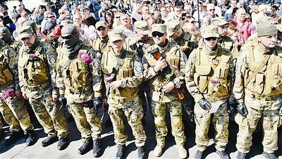资料图:8月26日,在乌克兰基辅,锡奇特别志愿军的士兵参加宣誓和告别仪式。他们将要前往乌克兰东部打击民间武装。