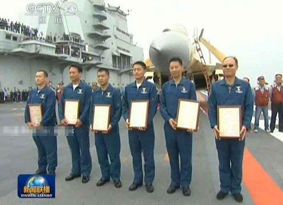 2013年7月1日,着舰指挥员邹建国和飞行员戴明盟、孙政雄、徐汉军、卢志永、魏红伟顺利通过航母资格认证,成为我国首批舰载战斗机飞行员和着舰指挥员。