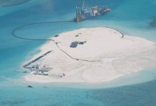 据《菲律宾星报》8月28日报道,菲军空中侦察显示,中国正在南海赤瓜礁建设人工小岛。(图片:菲媒)