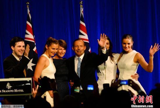 资料图:澳大利亚总理托尼・阿博特(中)。