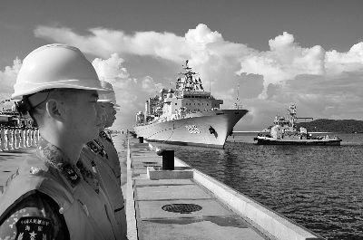 今天上午,参加环太演习的886千岛湖舰正驶抵三亚某军港 摄/胡善敏