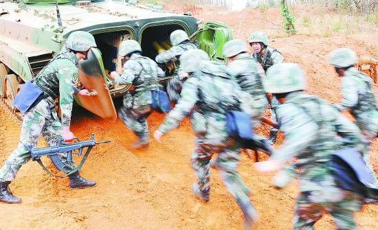 资料图:女兵们正在参加装甲步兵专业训练。邓忠开摄