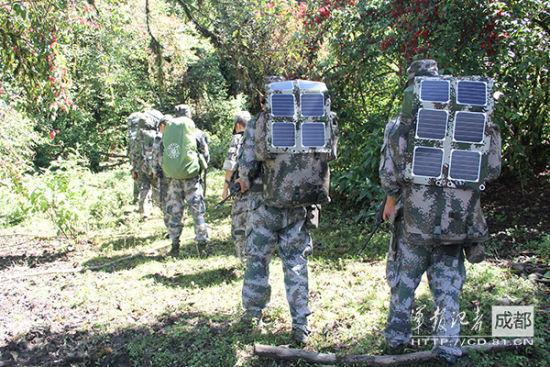 挂背囊外的便携式太阳能发电器