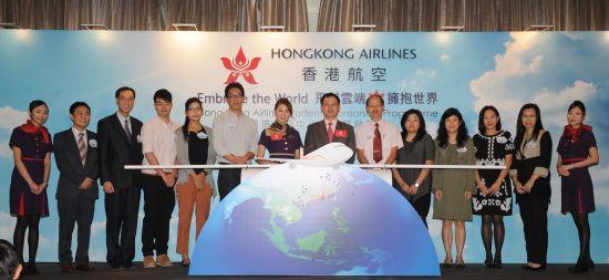 香港航空副总裁孙剑峰先生(右七)和艺人黄翠如(左七)与学校代表们主持香港航空「飞越云端•拥抱世界」中小学生赞助计划的启动仪式。