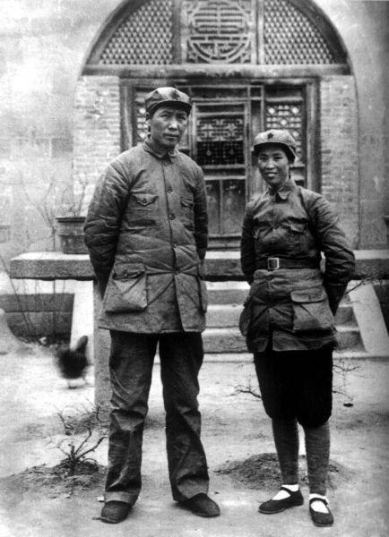 资料图:毛泽东与贺子珍在延安。