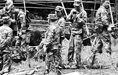 """资料图:据印度《德干纪事报》27日报道,""""阿鲁纳恰尔邦上苏班西里县""""塔克辛周围的村民一个月前拍下了中国军队跨越阿萨-皮拉-马雅陆军营地的照片。"""