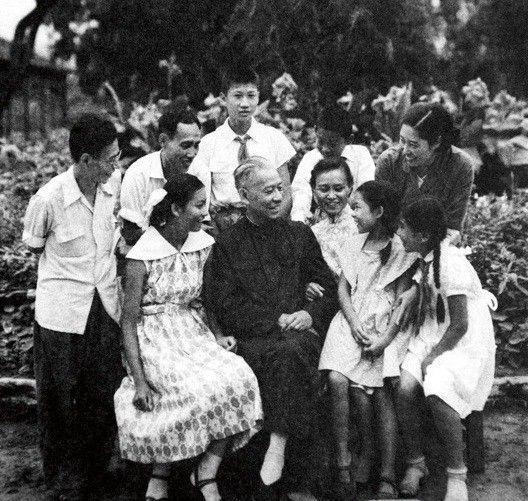 资料图:1960年8月,刘少奇、王光美(后排右一)与子女在北戴河。子女从大到小:刘允斌(后排左一)、刘爱琴(前排右三)、刘允若(后排左二)、刘涛(前排左一)、刘丁(后排中)、刘平平(前排右一)、刘源(后排右二)、刘亭亭(前排右二)。
