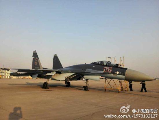 网友拍摄到的在太原机场降落补给的俄罗斯苏-35战斗机(鸣谢:微博网友 小鬼的博客)