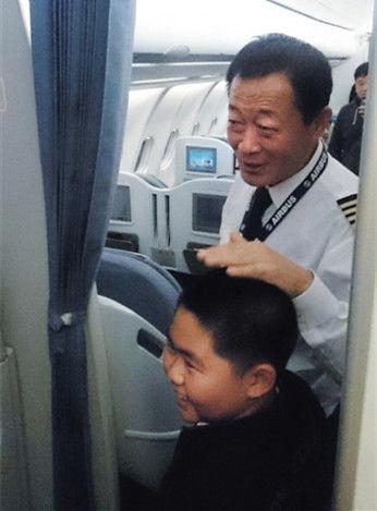 11月10日晚,飞机备降后,机长贺中平微笑着摸着