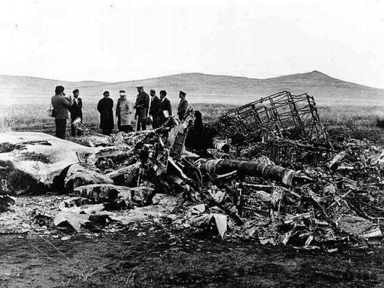 """资料图:""""九一三""""时间后,在蒙古温都尔汗坠毁的林彪座机。"""