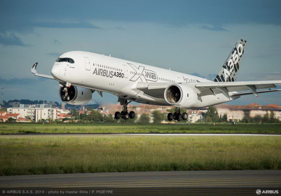 新浪航空讯 世界最新远程宽体飞机空客A350XWB系列的基准型号A350-900飞机于2014年11月17日(法国当地时间)从图卢兹起飞,开始进行为期11天的亚洲巡回展示飞行。这是A350-900飞机在完成全部测试飞行并成功取得由欧洲航空安全局(EASA)和美国联邦航空局(FAA)颁发的型号合格证后的首次展示飞行。今年早些时候,A350-900飞机在航路验证测试时曾先后飞抵香港、新加坡和澳大利亚。   执行此次亚洲巡回展示飞行任务的是生产序列号为MSN5的A350-900飞机。在此次展示飞行过程中,该