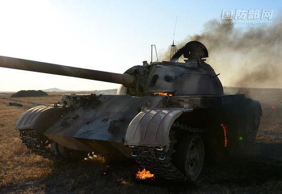资料图:退役坦克当靶子